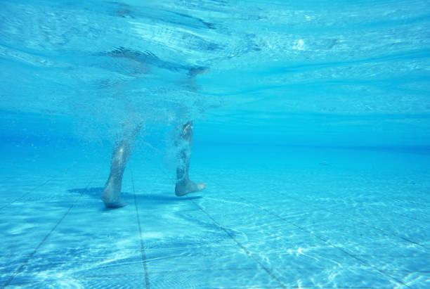 unterwasser-spaziergang - pool schritte stock-fotos und bilder