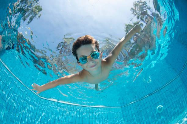 niño submarino divertido en la piscina con gafas - natación fotografías e imágenes de stock