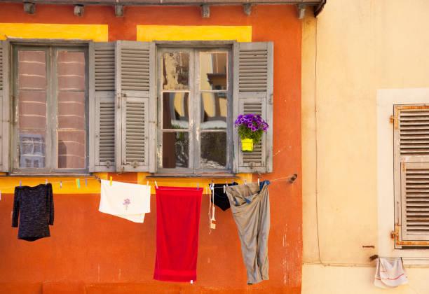 wäsche trocknen an der wand des hauses - orangenscheiben trocknen stock-fotos und bilder