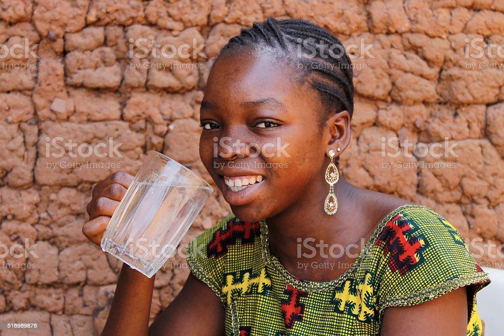 Une fille buvant de l'eau stock photo