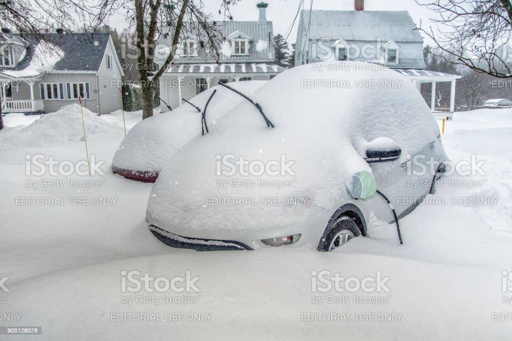 Une voiture électrique en charge après une chute de neige. - Photo
