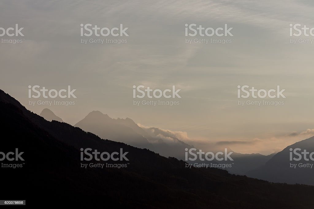 unedited mountain landscape at the gates of dawn foto de stock royalty-free