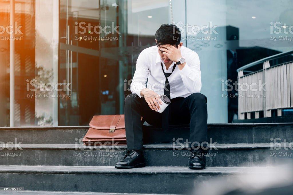 Arbeitslose müde oder gestressten Geschäftsmann auf dem Gehweg sitzen, nach der Arbeit Stressed Geschäftsmann Konzept – Foto