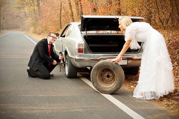 unerwartete probleme auf die flitterwochen. just married series - bräutigam anzug vintage stock-fotos und bilder