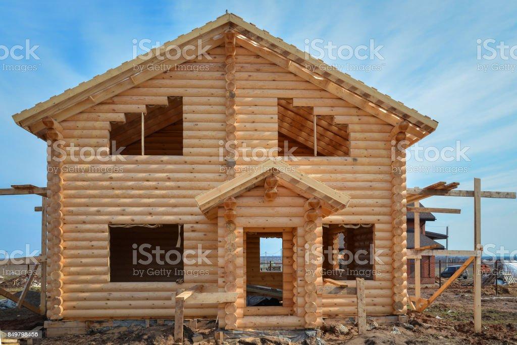 Inacabado, ecológica casa de madera de vigas en campo - foto de stock