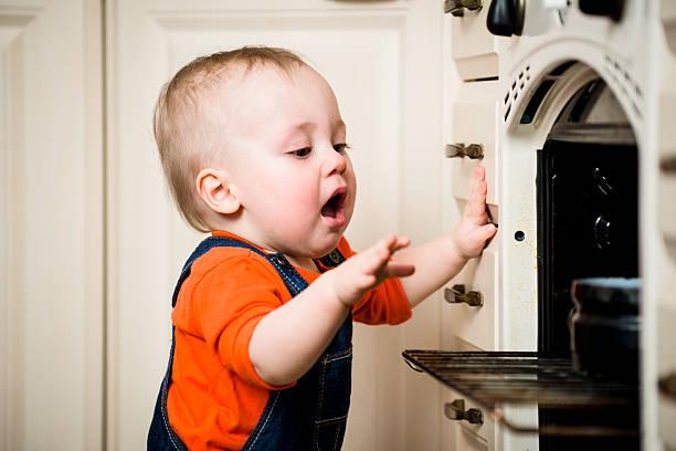 às cegas sem protecção bebé com abrir forno - burned oven imagens e fotografias de stock