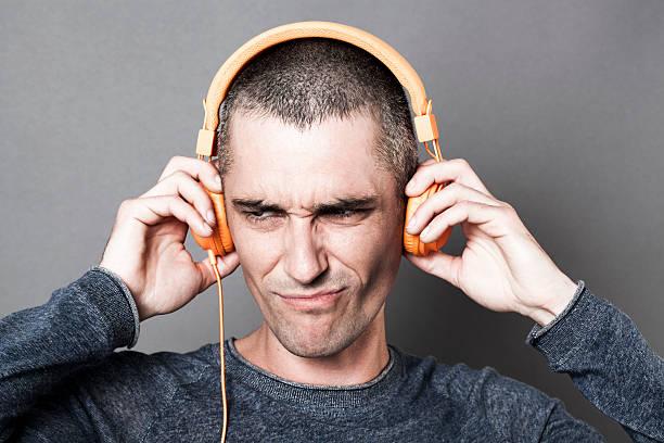 Unglücklich 30ern Mannes hören Musik mit Kopfhörer Lärm oder – Foto