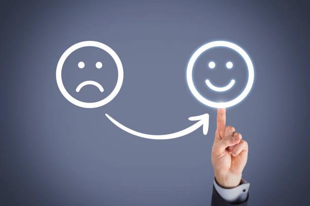 unglücklich und glücklich auf touch-screen - schulwechsel stock-fotos und bilder