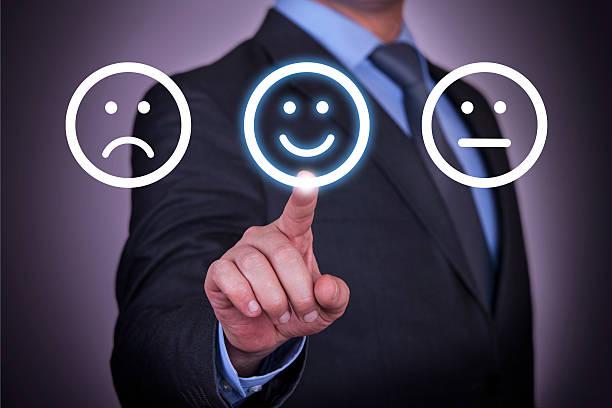 unglücklich und happy smileys auf dem bildschirm - schulwechsel stock-fotos und bilder