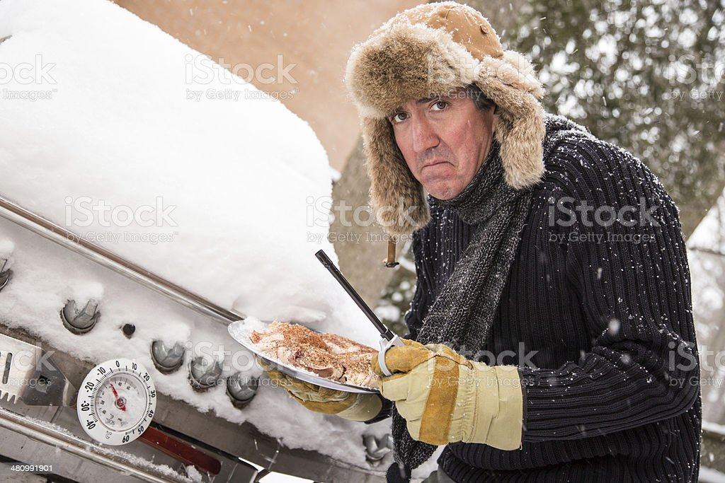 Barbecue malheureux guy dans la neige - Photo