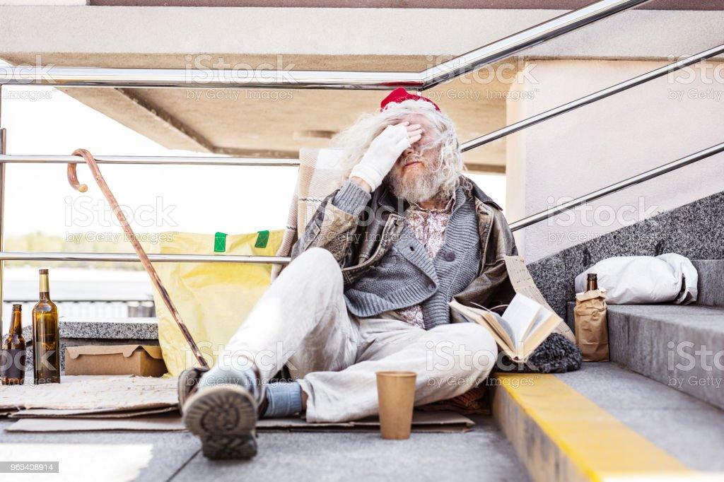 不滿鬍子的男子遮住他的眼睛 - 免版稅一個人圖庫照片