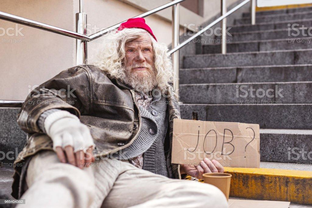 Malheureux homme barbu à la recherche d'un emploi - Photo de Activité avec mouvement libre de droits