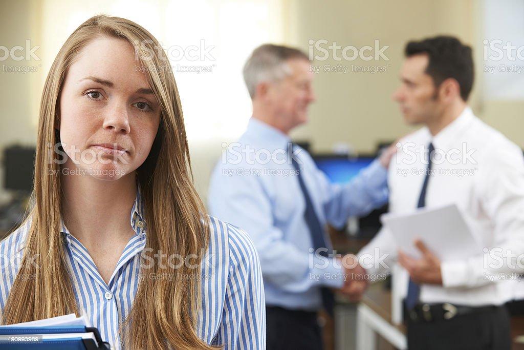 Unglücklich Geschäftsfrau, die männlichen Kollegen beglückwünschen – Foto