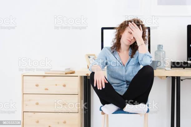 Foto de Infeliz Mulher Desapontada Com Restolho Cobre O Rosto Com Mão Tem Muito Trabalho E Sleppless A Noite Stress Excesso De Fadiga e mais fotos de stock de Adulto