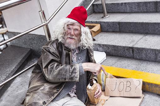 기호에서 가리키는 불행 실업자 남자 거지에 대한 스톡 사진 및 기타 이미지