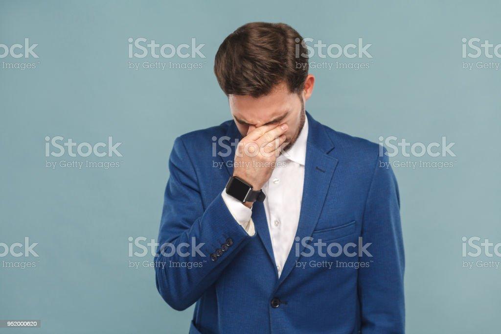 Unglücklichen Mann Weinen, schloss die Augen und habe ein problem – Foto