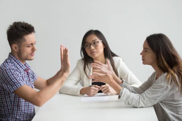 Pares casados infelices consigue discusión divorciados peleando en oficina de abogados - foto de stock
