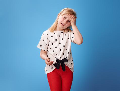 블루 데 두통에 빨간 바지에 불행 한 현대 아이 건강에 좋지 않은 음식에 대한 스톡 사진 및 기타 이미지