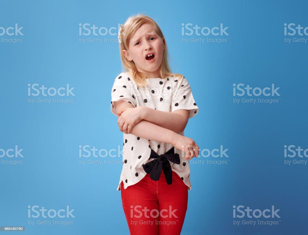 unglückliches moderne Kind rot Hose auf blau mit Schmerzen in der hand - Lizenzfrei Arm - Anatomiebegriff Stock-Foto