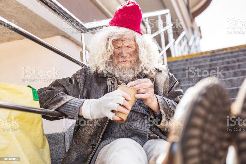 동전 계산 하는 불행 한 가난한 사람 - 로열티 프리 Charity Benefit 스톡 사진