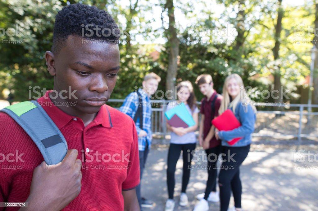 Unglückliche Teenager wird durch Schulfreunde über geplaudert – Foto