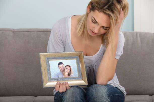 Malheureuse femme Holding image - Photo