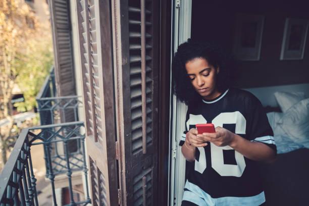 textos de la malheureuse femme au balcon - europe centrale photos et images de collection