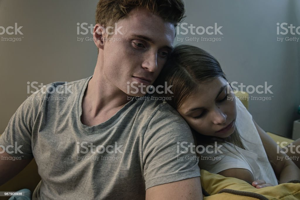 Closeup de la infeliz pareja joven. Concepto de problemas de conflicto y relación. Hombre guapo nad mujer hermosa se destacó y decepcionado. - foto de stock