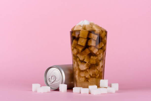 ungesund-diät mit süßen zuckerhaltigen softdrinks - würfelzucker stock-fotos und bilder