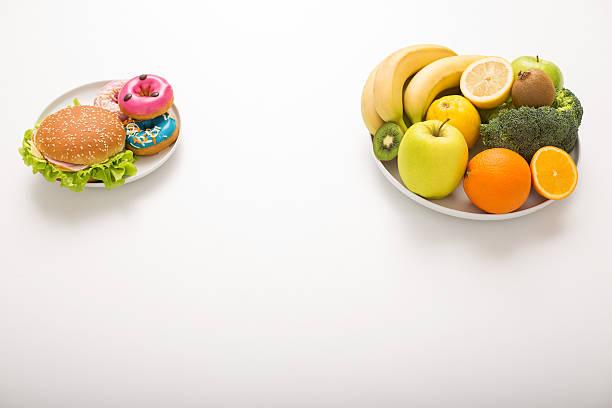 ungesund und gesunde speisen - gewicht schnell verlieren stock-fotos und bilder