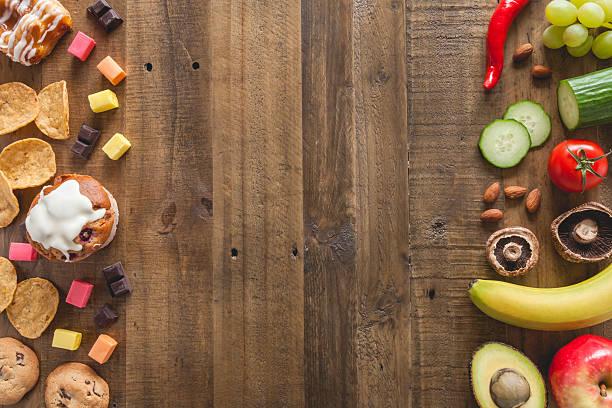 des aliments malsains et aliments sains - malbouffe photos et images de collection