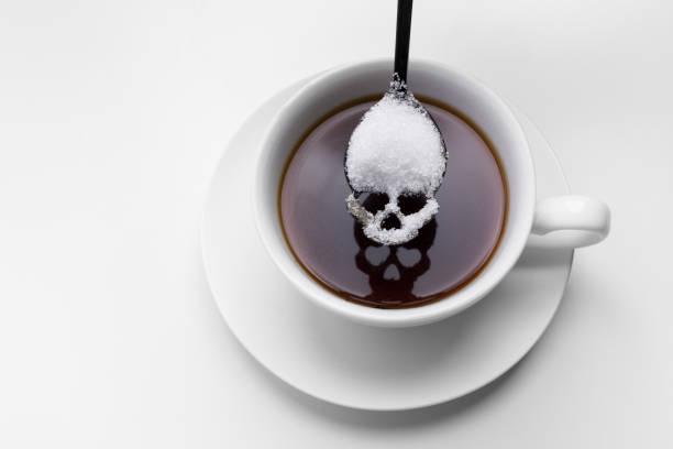 ungesunde Weißzucker Konzept. Skiff-Löffel mit Zucker und schwarzen Kaffee – Foto