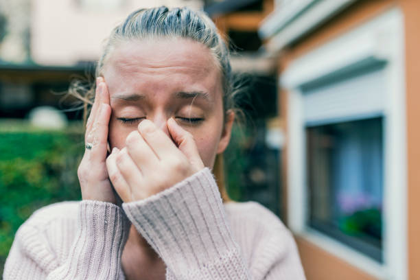 ongezonde vrouw in pijn - bijholte stockfoto's en -beelden