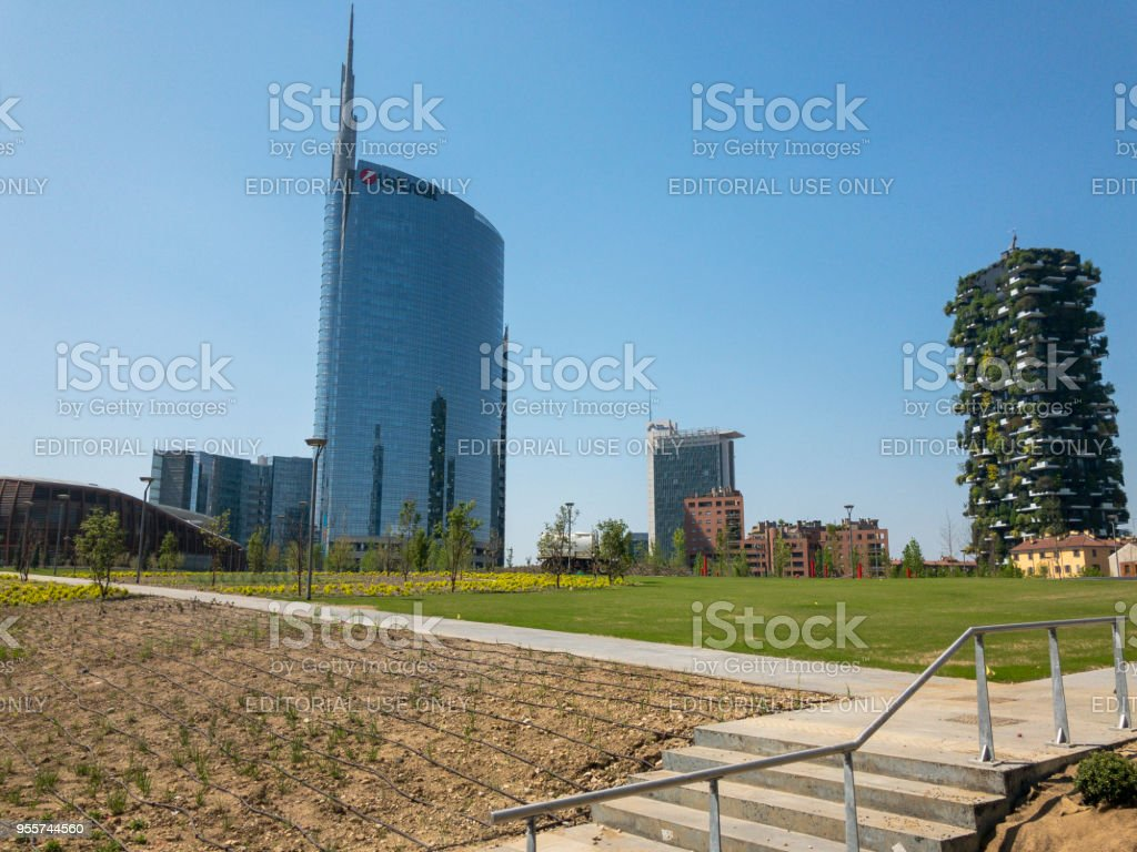 Unicredit tower and Vertical Forest, Library of trees, new park in Milan. Italy - foto stock