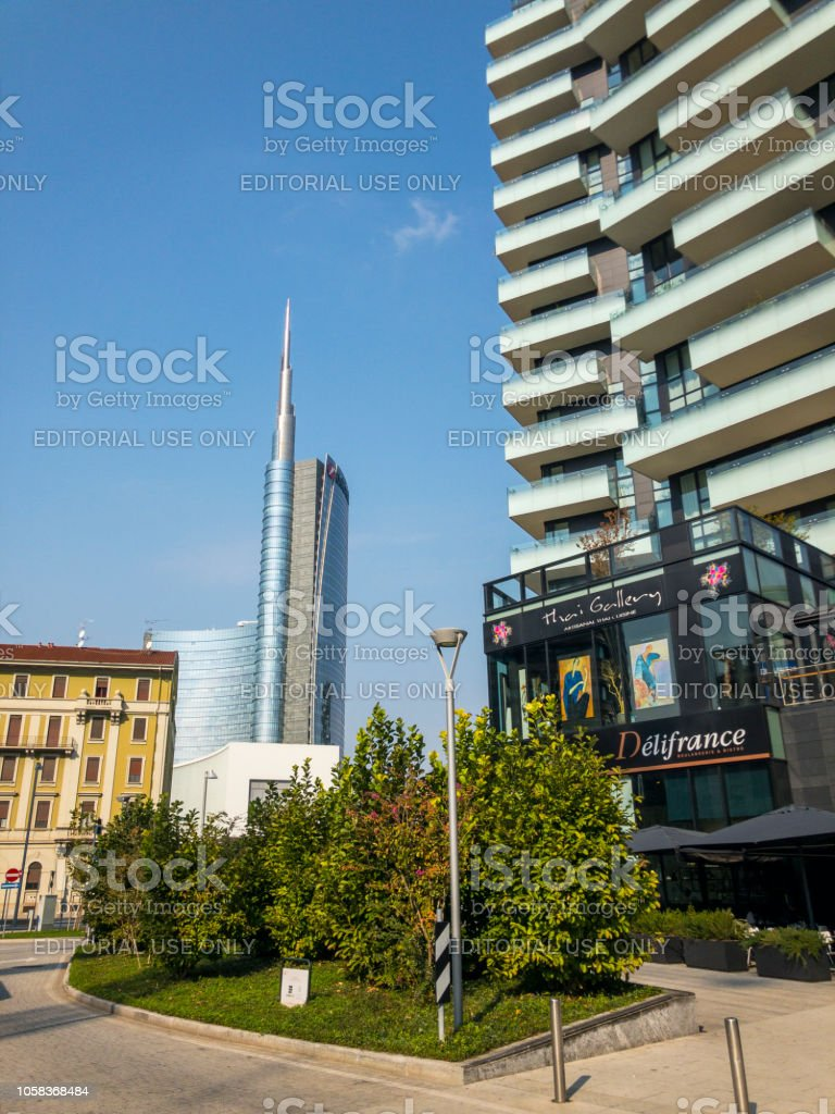 Unicredit Tower, seen from Via Amerigo Vespucci, Milan, Italy. The tallest skyscraper in Italy. View of the Unicredit Tower. - foto stock