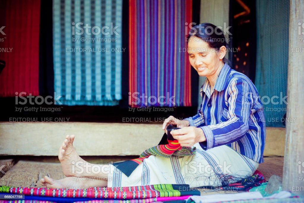 LAOS, BOLAVEN 12. Februar 2014: Unidentified Alak Stamm Frauen im Dorf in der Nähe von Plateau Bolaven, Laos am 12. Februar 2014 – Foto
