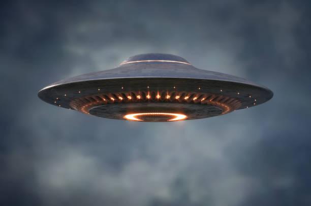 niet-geïdentificeerd vliegend object-uitknippad inbegrepen - ufo stockfoto's en -beelden