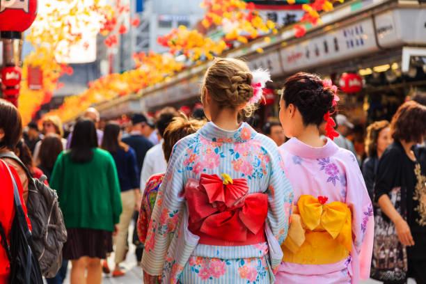 浅草寺東京、日本の有名な寺院を歩いて日本の国民の伝統衣装の着物を着ている正体不明の外国人観光客 ストックフォト