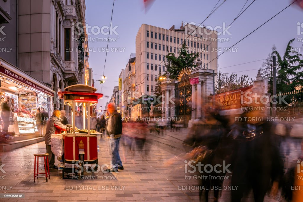 Unidentified man sells grilled chestnut at Istiklal street - Стоковые фото Бейоглу роялти-фри