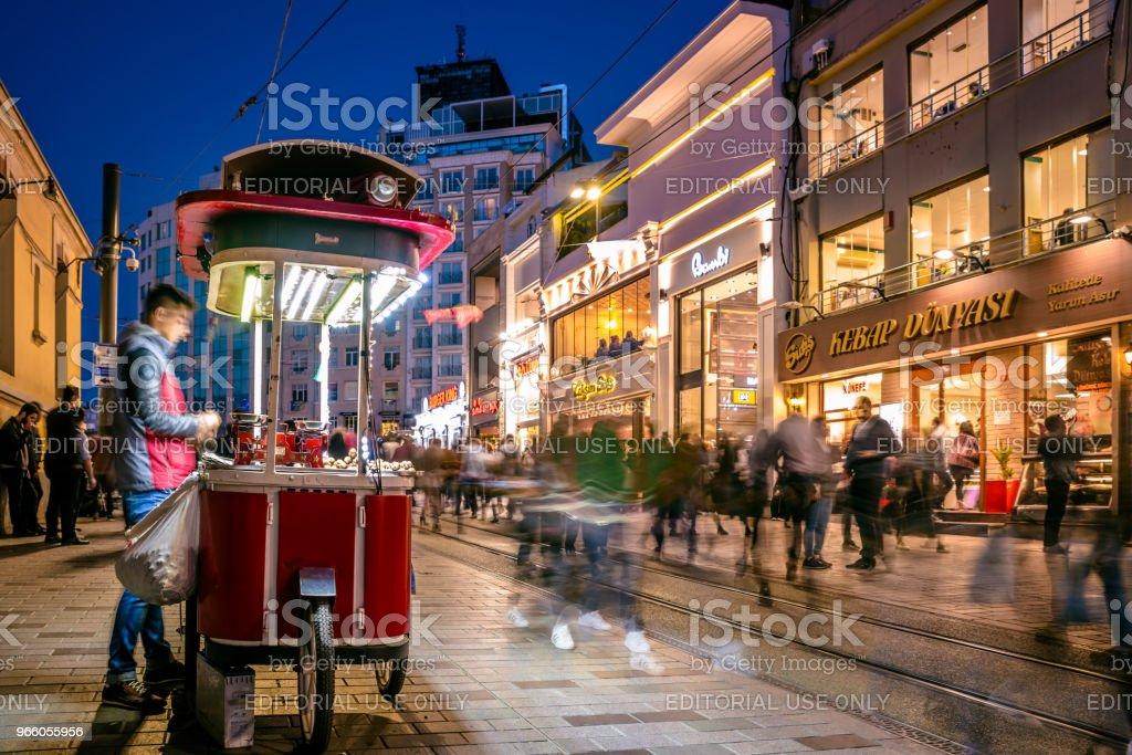 Oidentifierad man säljer grillade kastanj på Istiklal street - Royaltyfri Aktivitet Bildbanksbilder