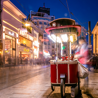 Unbekannter Mann Verkauft Gegrillte Kastanien An Der Istiklal Street Stockfoto und mehr Bilder von Aktivitäten und Sport