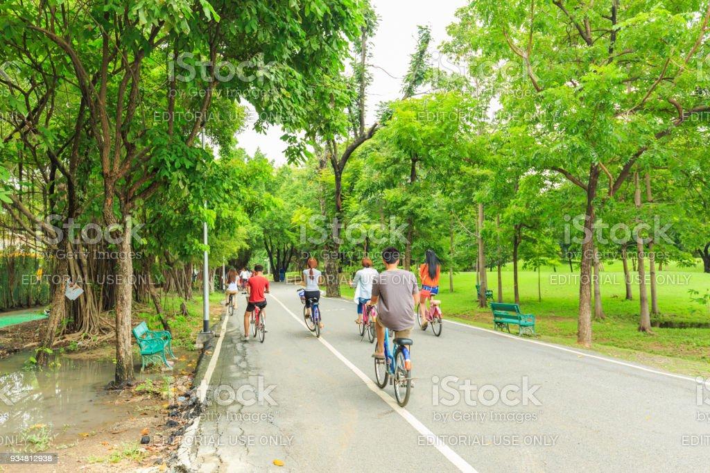 알 수 없는 남녀 자전거와 태국 방콕에서에서 기차 또는 Vachirabenjatus 공원 공원에서 산책. - 로열티 프리 가족 스톡 사진