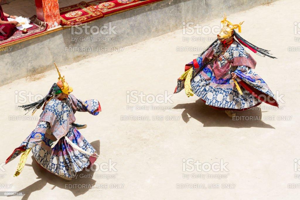 Monjes no identificados realizan un baile religioso misterio enmascarados y disfrazados de budismo tibetano durante el Festival de danza de Cham - foto de stock