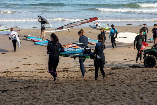 nicht identifizierte personen an der school of windsurf in saint malo, bretagne, frankreich - kitesurfen lernen stock-fotos und bilder