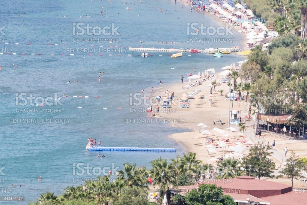 정체 불명된 사람들 Bodrum 해변에서 수영 한. 인기 있는 목적지 - 로열티 프리 각도 스톡 사진