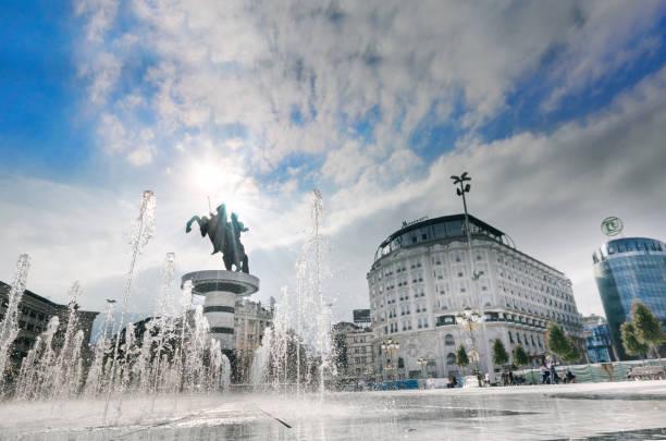 makedonya meydanı'ndan skopje kimliği belirsiz insanlar yürümek - üsküp stok fotoğraflar ve resimler