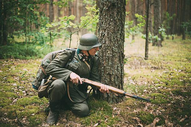 Non identifiée se enactor habillés en soldats allemands chercher un tir à la carabine - Photo