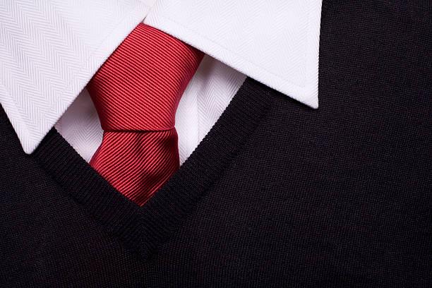 Uniform Schwarzer pullover, und weißes Hemd Rote Krawatte – Foto