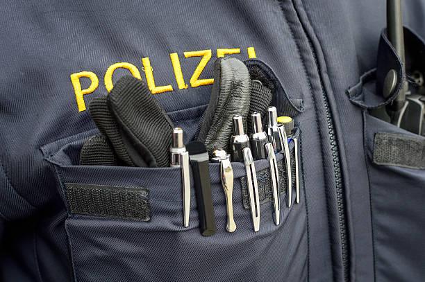 uniform der polizei mit handschuh und ball pen - bic kugelschreiber stock-fotos und bilder