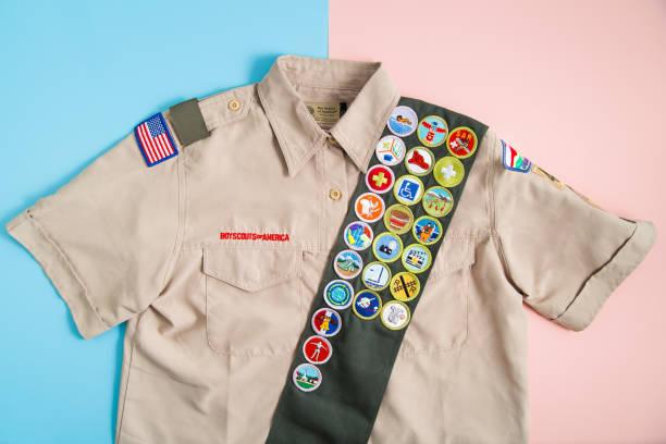 uniforme de la bsa en rosa y azul - boy scout fotografías e imágenes de stock